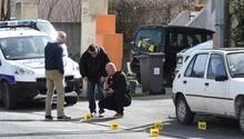 Polizisten nach der Schießerei in Frankreich bei der Spurensicherung