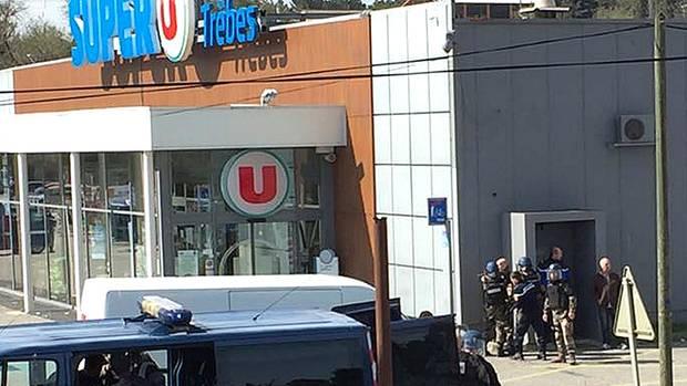 Polizisten während der Geiselnahme in Frankreich vor dem Supermarkt in Trèbes