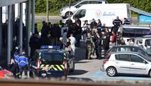 Polizisten vor dem Supermarkt, in dem die Geiselnahme stattfand