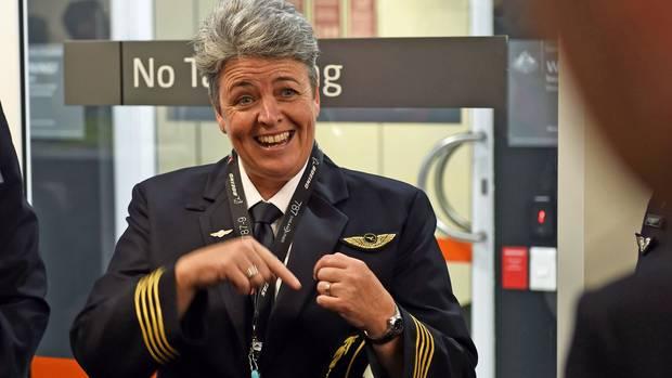Gut gelaunt vor dem Abflug in Perth: Pilotin Lisa Norman. Sie saß bei dem historischen Flug am Steuer, als die Boeing in London aufsetzte.