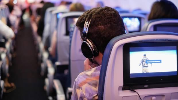 Warum wir im Flugzeug bei Filmen schneller weinen