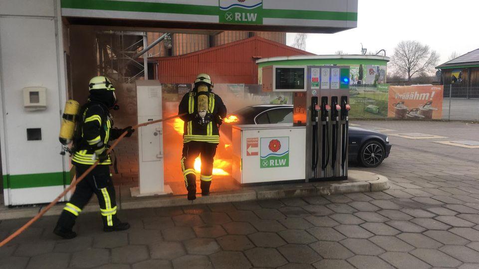 Nachrichten aus Deutschland: Brennender Pkw in Lage