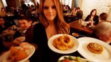 Eine Kellnerin mit Tellern in der Hand.