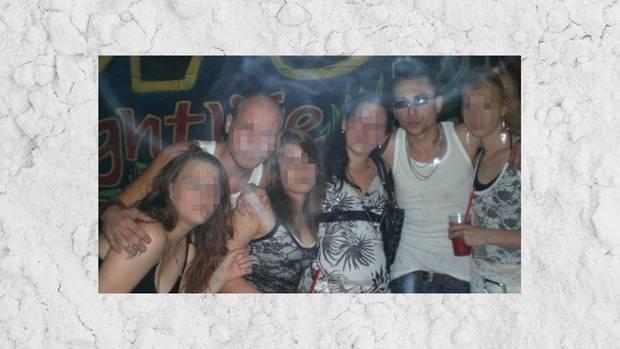 Dominik Forster (2. von rechts) hatte während seiner Drogenzeit zwei Freundeskreise: Mit dem einen kiffte er. Mit dem anderen nahm er Speed und Ecstasy.