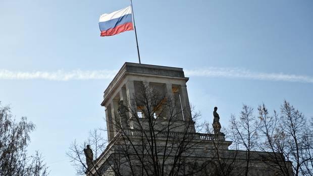 Die Flagge Russlands weht auf dem Gebäude der russischen Botschaft in Berlin