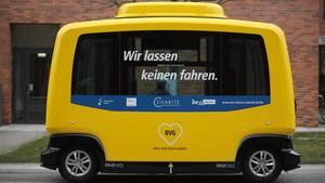 Ein führerloser Minibus parkt auf dem Gelände des Berliner Krankenhauses