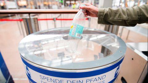 Spendenbox für Pfandflaschen am Hamburger Flughafen