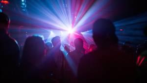 Eine lichtershow in einer Disco an Karfreitag