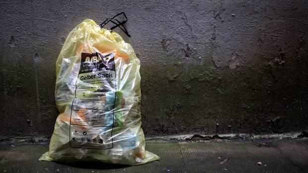 Im Gelben Sack verlässt der Kunststoffmüll die meisten Haushalte. Bei Alba in Berlin Hellersdorf geht es dagegen nun erst richtig los.
