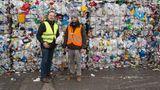 stern-Reporter Boris Wintzenburg (links)und Fotograf Philipp Spalek in der Recyclinganlage von Alba Recycling GmbH in Berlin