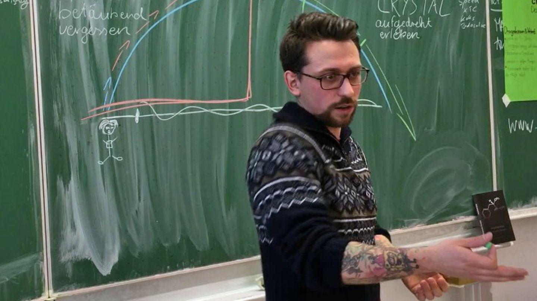 Forster ging auf eine Hauptschule in Nürnberg. Als Schüler hasste er diesen Ort, er wurde gemobbt und verprügelt. Heute geht er freiwillig dorthin - um Schüler und Schülerinnen vor Drogen zu warnen.