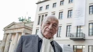 Eugen Gomringer vor der Alice-Salomon-Hochschule