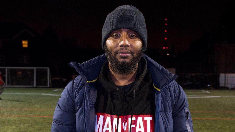 Michael Falloon trainiert die übergewichtigen Fußballer in der Selhurst Sports Arena in London