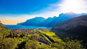 ACETAIA DEL BALSAMICO   Blick auf den Garadsee und die Stadt Riva del Garda im Trentino. Hier steht das Restaurant Acetaia Del Balsamico. Unglaublich, was die fleißige Familie Bombardelli alles auf die Beine stellt! Sie keltert Wein, veredelt Most zu aromatischem Balsamico-Essig, produziert Käse, legt das eigene Gemüse ein, backt Brot, presst Oliven zu duftigem Öl. Und bereitet aus dem Fleisch der eigenen Rinder nach streng gehütetem Rezept eine gefeierte carne salada zu. Am besten schmeckt das mit Salz und Gewürzen gereifte Fleisch – eine Spezialität der Region – im hauseigenen Restaurant der Acetaia oberhalb von Riva del Garda. In dem modernen Anwesen mit herrlichem Seeblick werden auch die anderen Produkte des Landguts zu feinen Trentiner Gerichten verarbeitet.    Cologna di Tenno, Strada di San Zeno 2  Tel. 0464-55 00 64  www.acetaiadelbalsamico.it