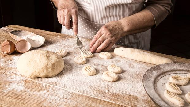OSTERIA FRA DOLCINO    Im weiten Talgrund am Fuße der Adamellogruppe wachsen die dicken alten Mauern des 200 Jahre alten Bauernhauses aus der Wiese. Gemütliche Gästezimmer laden zum Bleiben ein, es wird superb nach lokalen Rezepten und Nachhaltigkeitskriterien gekocht. Am besten nimmt man im Gewölbe der alten Gaststube Platz und lässt sich Michele Cassanellis lokale Gourmetküche servieren: Alpen-Saibling mit Äpfeln und Gardasee-Olivenöl, Gnocchi mit geschmolzenem Trentingrana, Risotto mit Teroldego. Dazu feinen Tischwein und Gratis-Wasser aus der Karaffe.        Condino, Loc. Sorino, Via Mon 11    Tel. 0465-62 16 86    www.lalocandalpina.it