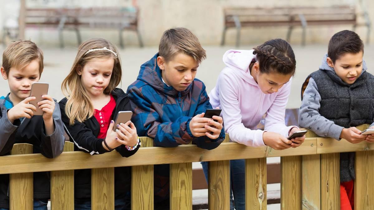 ab wie viel jahren sollten kinder ein eigenes smartphone besitzen. Black Bedroom Furniture Sets. Home Design Ideas