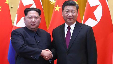 Nordkoreas Machthaber Kim Jong Un (l.) und Chinas Präsident Xi Jinping in Peking
