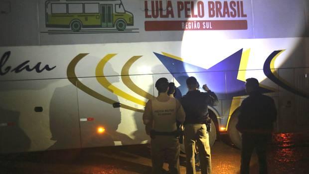 Polizisten untersuchen nach Schüssen auf die Fahrzeugkolonne von Ex-Präsident Luiz Inácio Lula da Silva einen Bus