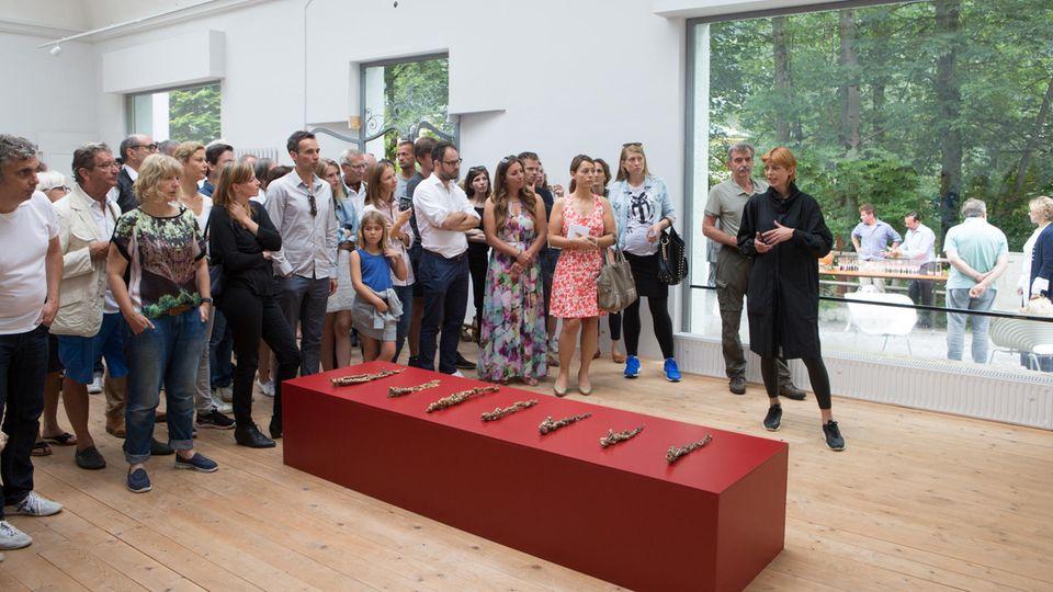 Kunststar Jorinde Voigt bei einer Vernissage des Artweekends.