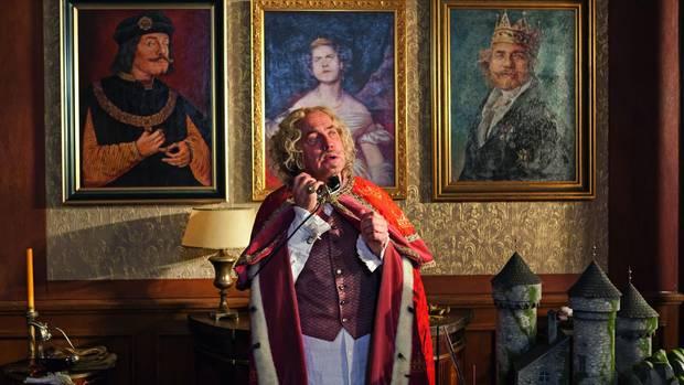 Uwe Ochsenknecht als König Alfons der Viertel-vor-Zwölfte