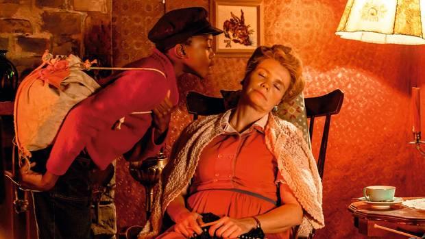 Ein Abschiedskuss von Jim (Solomon Gordon) für Frau Waas (Annette Frier)
