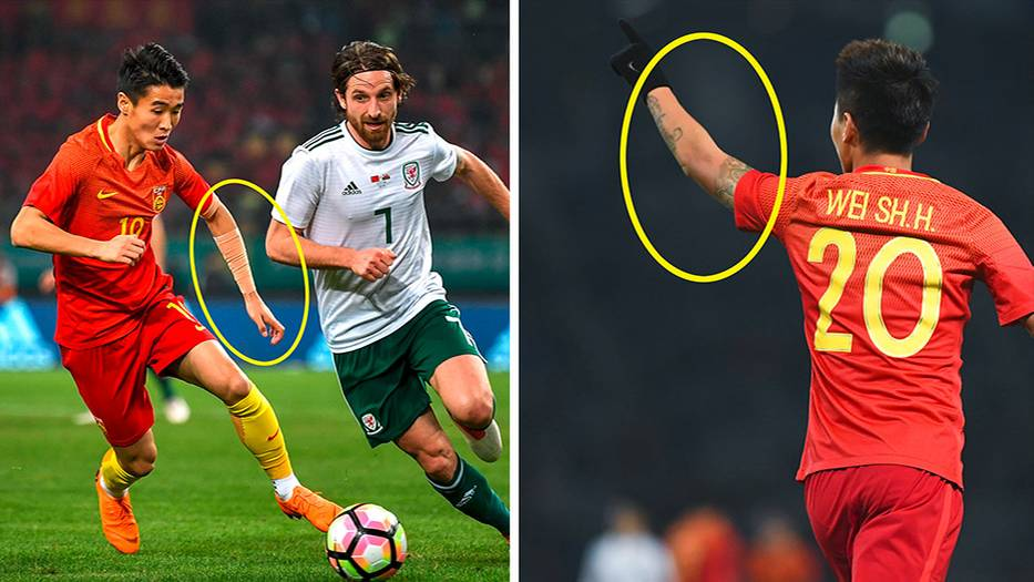 Ein chinesischer Fußballspieler mit abgeklebter Tätowierung