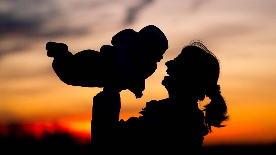 Geburtenrate: Eine Mutter wirft ihr Kind in die Luft