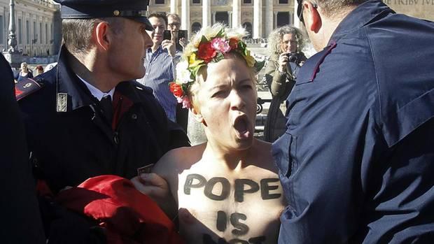 """Auch Franziskus taugt Frauenrechtlerinnen wie den """"Femen""""-Aktivistinnen als Feindbild."""
