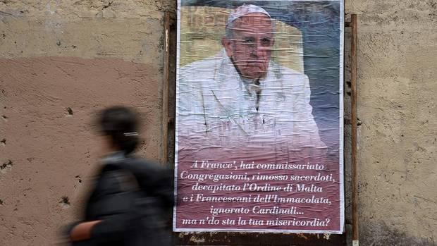 Die konservativen Gegner des Papstes machen mobil. Kritische Plakate sind in ganz Rom zu sehen