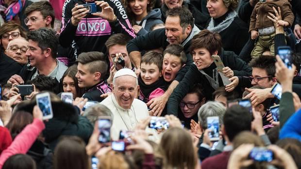 Auch seine Vorgänger wussten sich als volksnah zu inszenieren. Doch kaum ein Papst schien sich beim Bad in der Menge so wohl zu fühlen wie dieser, keiner konnte den Menschen so viel persönliche Nähe vermitteln