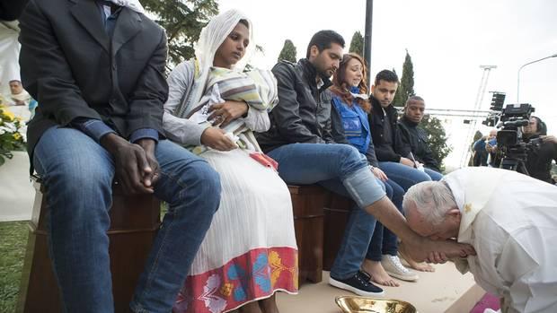 Franziskus weiß starke Zeichen zu setzen – etwa als er 2016 muslimischen Flüchtlingen die Füße wusch