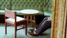 Ein Mann sitzt alleine in einem Restaurant
