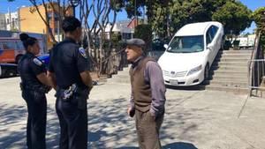 Ein Auto eines Uber-Fahrer steckt in San Francisco auf einer Fußgänger-Treppe fest