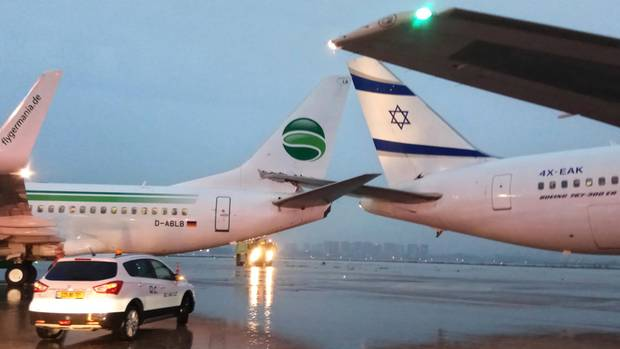 Die beiden ineinander verkeilten Boeing-Jets von Germania und El Al auf dem Flughafen in Tel Aviv.