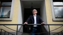 Harry Ebert, Bürgermeister und AfD-Mitglied, steht vor dem Rathaus in Burladingen