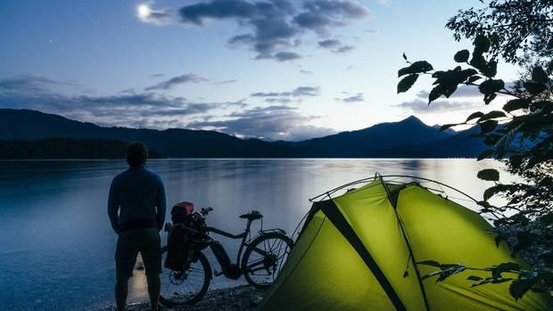 """""""Hätte ich gewusst, wie schön es direkt vor der Haustüre sein kann, wäre ich schon früher durch Deutschland gereist"""", so Semsch's Fazit nach seiner letzten Nacht im Zelt am Walchensee in Bayern."""