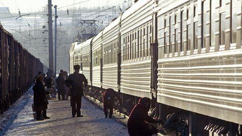 Auf einem Bahnhof werden die Bremsen der Waggons der Transsibirischen Eisenbahn überprüft