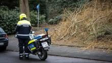 Ein Polizist auf dem Motorrad kommt am Tatort an