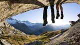 Zwei Wanderer gönnen sich eine Rast vor der Kulisse der Zillertaler Alpen.