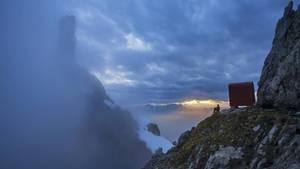 Schutzraum in großer Landschaft – ein Bergsteiger blickt vor dem Bivacco Ugo Dalla Bernardina in der Schiara-Gruppe hinüber zur Turmgestalt der Gusela.