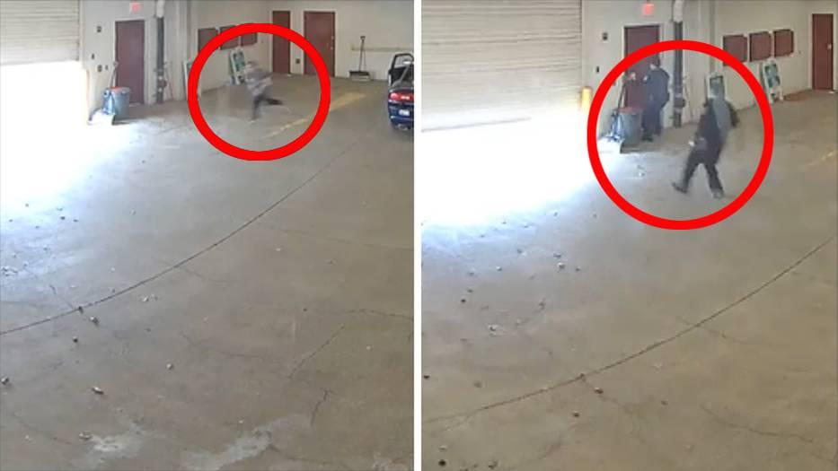 Ein Mann flieht unter einem sich schließenden Rolltor hindurch. Zwei Polizisten folgen ihm, kommen aber zu spät