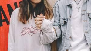 Paar, das Händchen hält