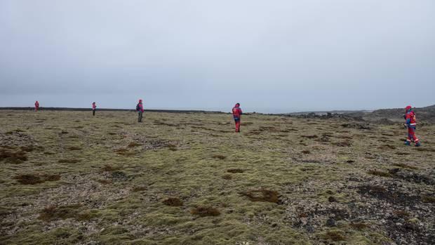 Suchtrupps durchstöberten die Lavafelder der Insel