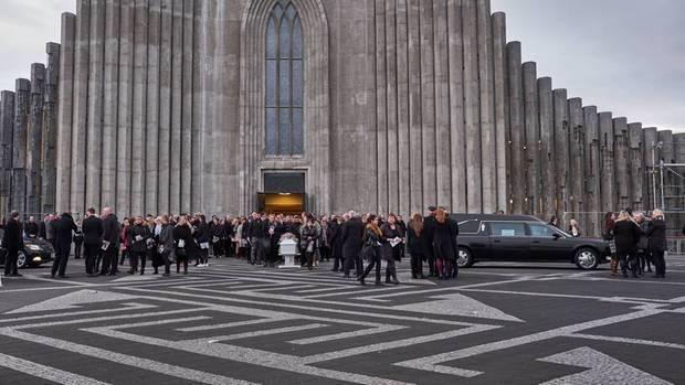 Das Land trug Trauer, als Birna Brjánsdóttirs Sarg aus der Hallgrímskirche getragen wurde. Nach acht Tagen hatte man das Mädchen gefunden