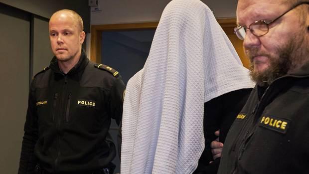 """Als er in den Saal geführt wurde, warf sich der Mörder ein Tuch über den Kopf. Kein Fotograf sollte das Gesicht des """"schönen Grönländers"""" sehen"""