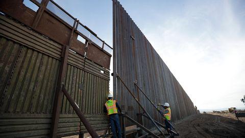 An der US-Grenze zwischen Calexico (USA) und Mexicali (Mexiko) wird der alte Grenzzaun (l.) durch einen neuen ersetzt