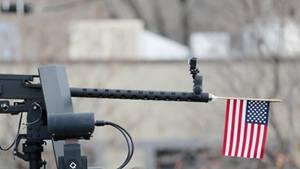In einer Waffe steckt eine USA-Flagge