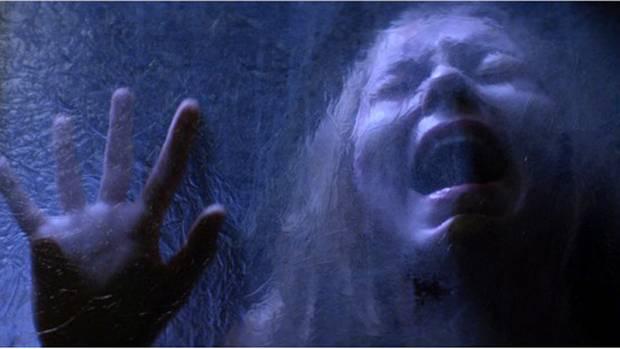 """Vera (Taylor Hickson) in Todesangst in einer Szene des Films """"Ghostland"""""""