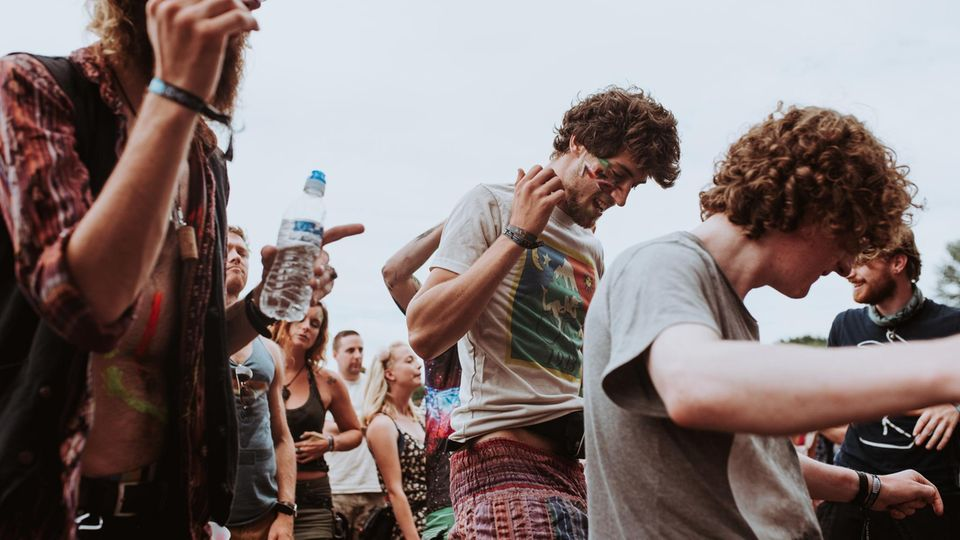 Menschen tanzen – das ist am Karfreitag zeitweise bis ganz in Deutschland verboten