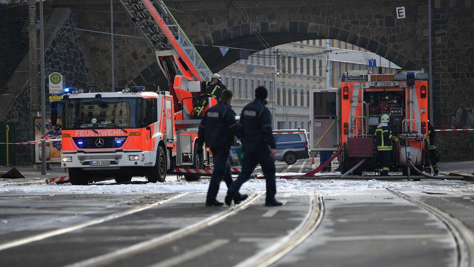 Leipzig: Polizei und Feuerwehr sind nach einem Brand in einem Wohnhaus in der Wurzener Straße mit Sicherungsarbeiten beschäftigt